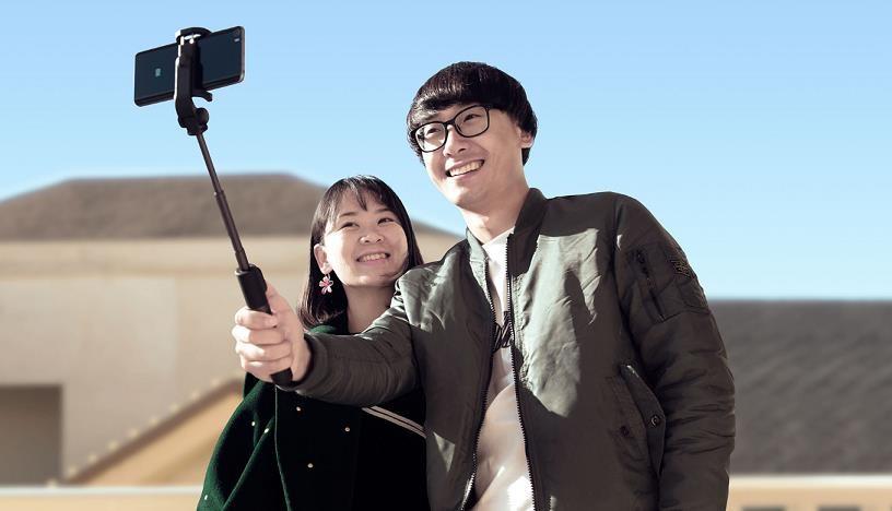 Obr. Samospoušť a tripod vloženy do konstrukce selfie tyče 1242057b